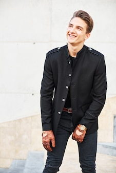 Knappe jongeman in het zwart