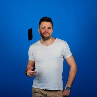 Knappe jongeman smartphone gooien