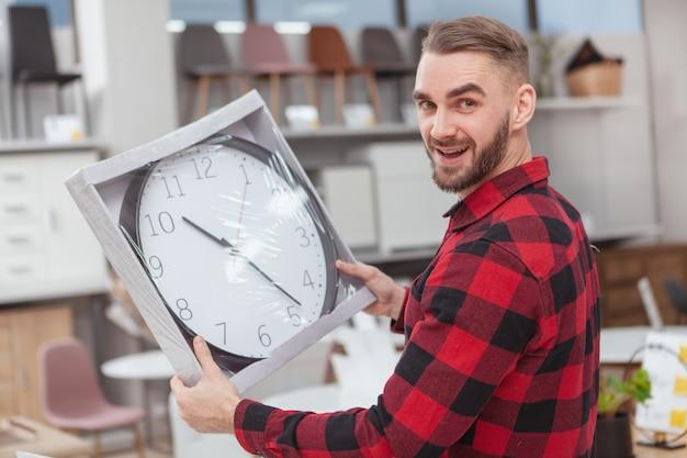 Knappe jongeman winkelen bij meubelwinkel