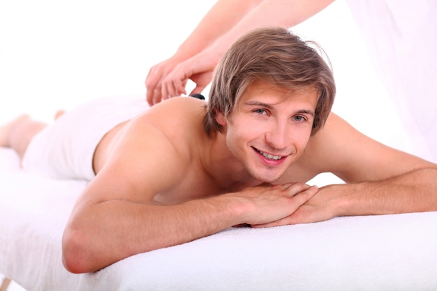 Knappe jongen ontspannen tijdens massage sessie