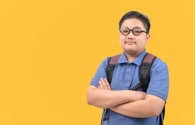 Knappe jongen student draagt een bril en draagt een schooltas