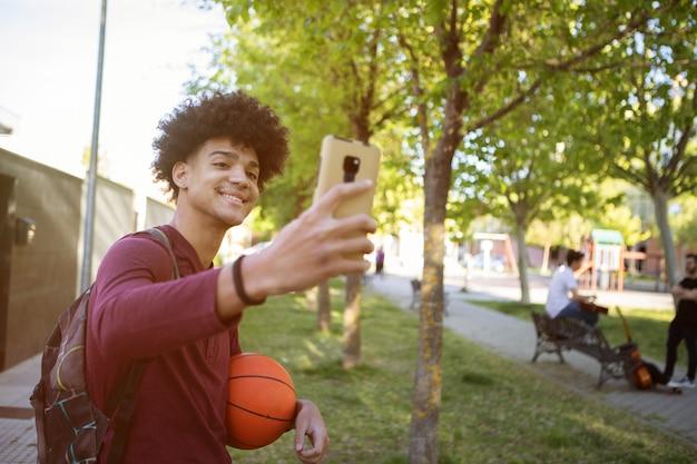 Knappe kerel die mobiel bekijkt