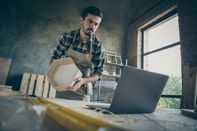 Knappe kerel kijken notebook online les hoe je oude plank renovatie modern design handgemaakte houten industrie zaagsel tafel garage workshop binnenshuis
