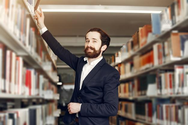 Knappe kerelstudie bij de bibliotheek