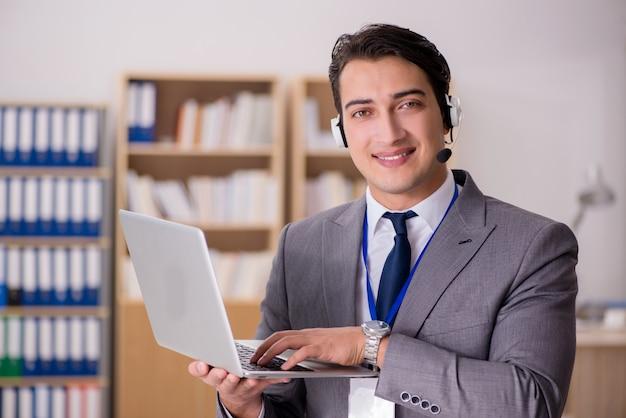 Knappe klantenservice met headset