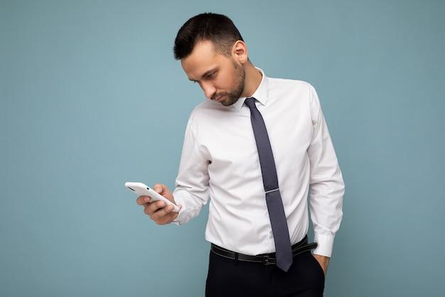 Knappe knappe brunet ongeschoren man met baard dragen casual wit overhemd en stropdas geïsoleerd op