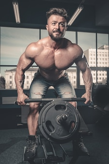 Knappe macht atletische man dieet opleiding oppompen van rugspieren