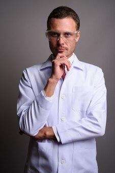 Knappe man arts beschermende bril grijs achterop