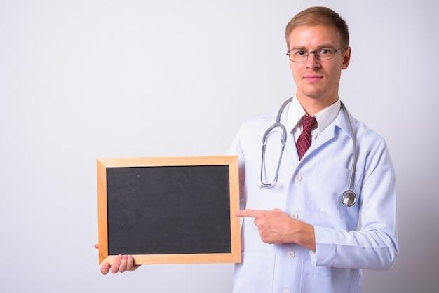 Knappe man arts tegen witte ruimte