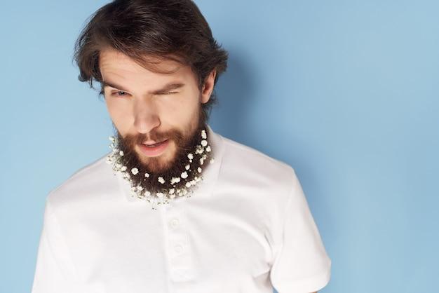 Knappe man baard decoratie bloemen levensstijl close-up Premium Foto