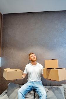 Knappe man bereidt een paar dozen voor