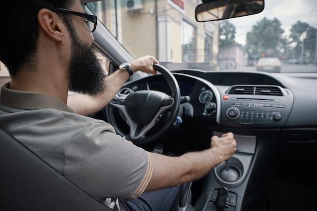 Knappe man besturen van de auto