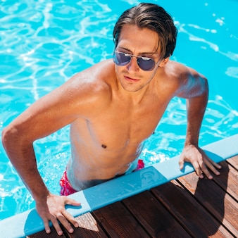 Knappe man bij het zwembad