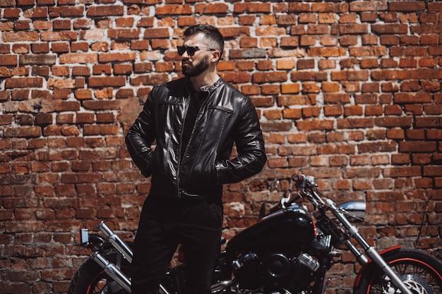Knappe man biker reizen op mototrcycle