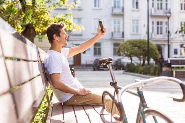 Knappe man buitenshuis een selfie te nemen