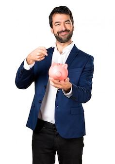 Knappe man die een piggybank houdt