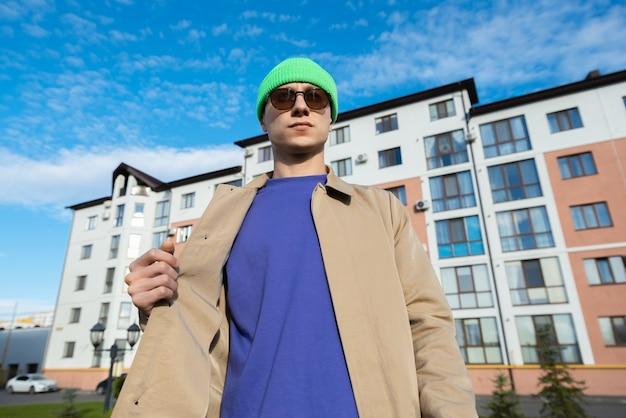 Knappe man die een wandeling in de stad maakt, genietend van de vrije tijd weg van het werk. vlotte zaken