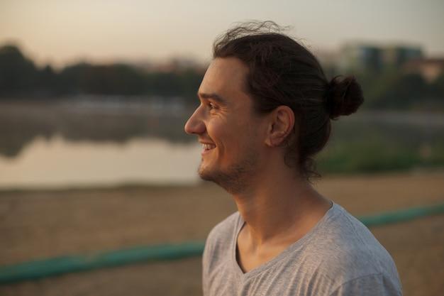 Knappe man die lacht in het park