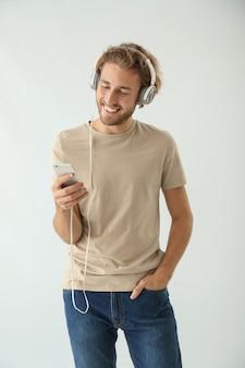 Knappe man die naar muziek luistert