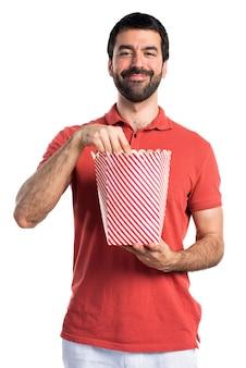 Knappe man die popcorns eet