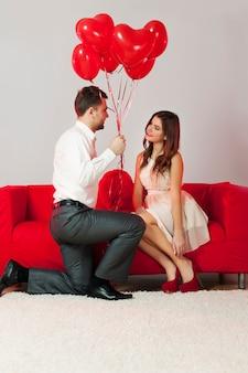 Knappe man die voorstelt om lief te hebben