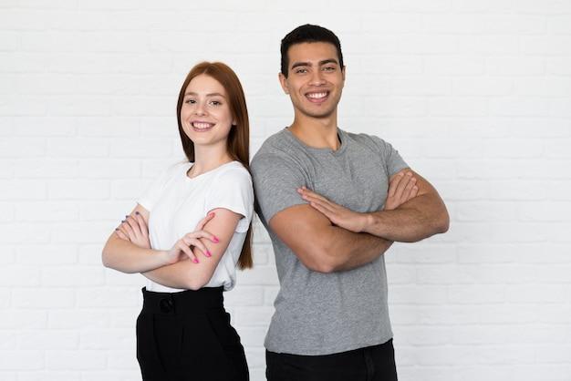 Knappe man en jonge vrouw die samen stellen