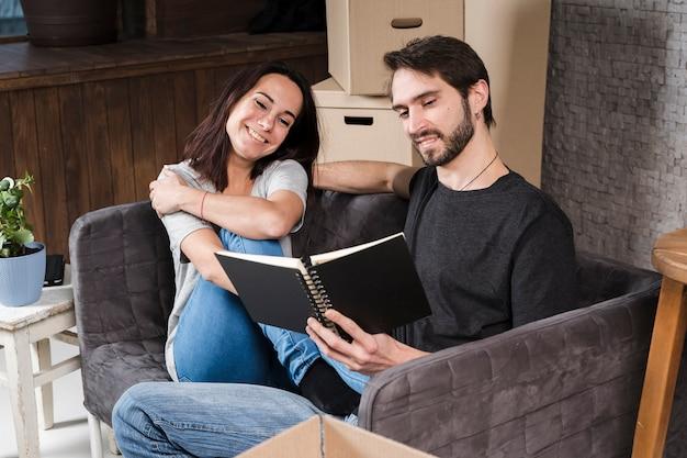 Knappe man en vrouw planning verhuizing
