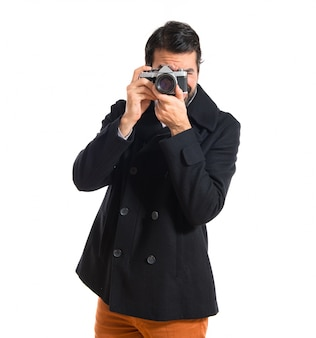 Knappe man fotograferen iets