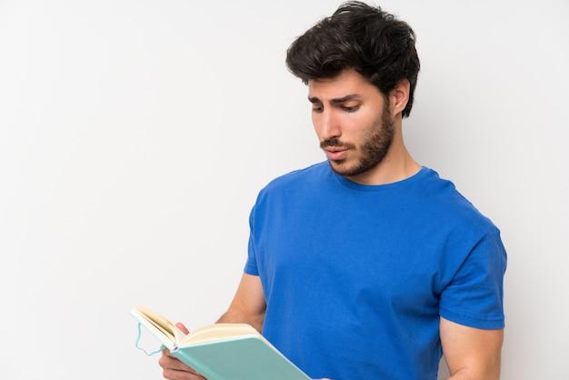 Knappe man houden en lezen van een boek