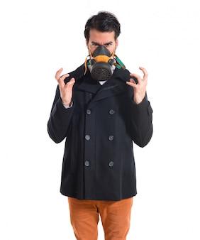 Knappe man in gasmasker