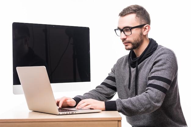 Knappe man in glazen die op laptop werkt