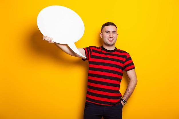 Knappe man in heldere t-shirt met tekstballon