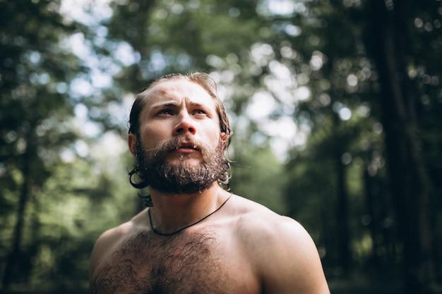 Knappe man in het bos