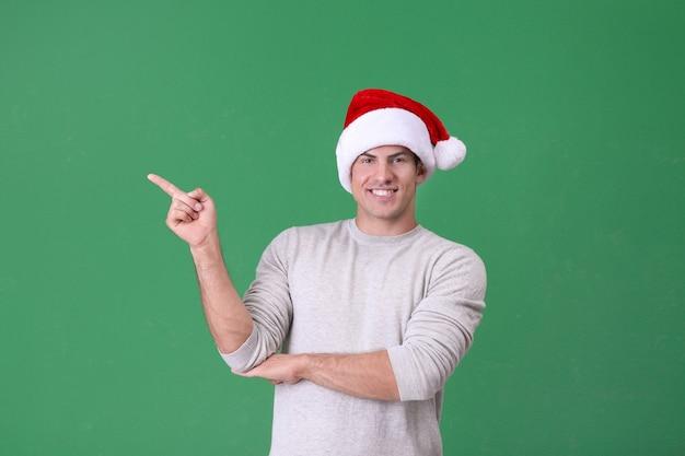 Knappe man in kerstmuts op groen