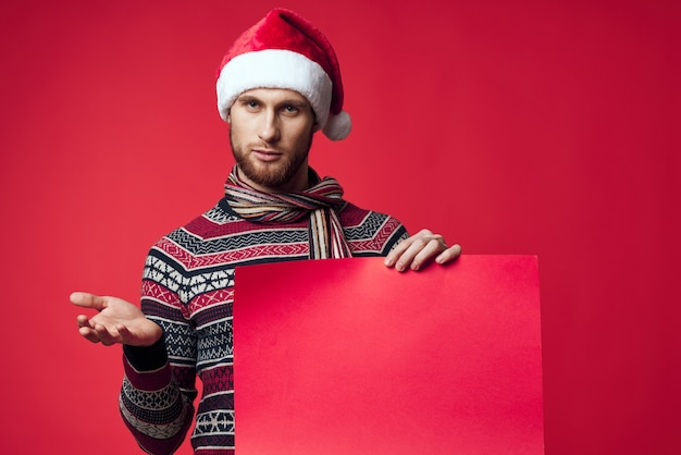 Knappe man in nieuwjaarskleding reclame kopieerruimte geïsoleerde achtergrond