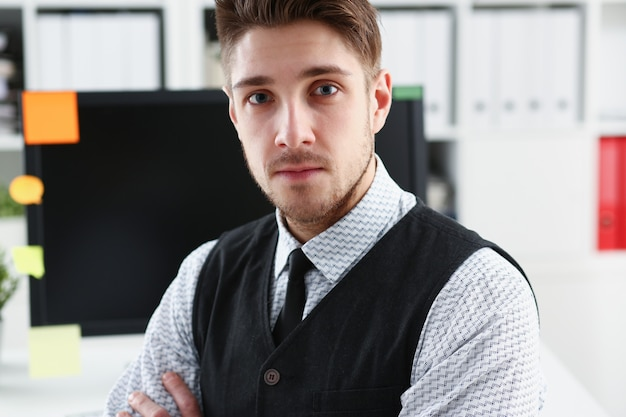 Knappe man in pak en stropdas staan in kantoor