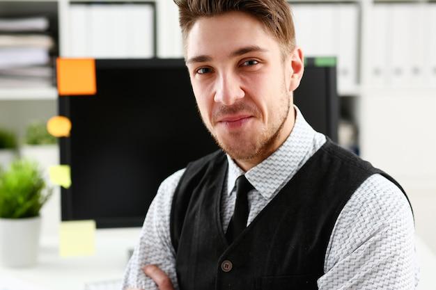 Knappe man in pak en stropdas staan op kantoor
