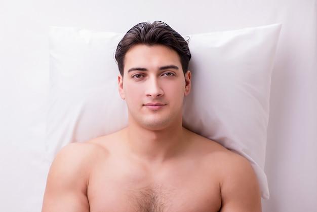 Knappe man in spa massage concept