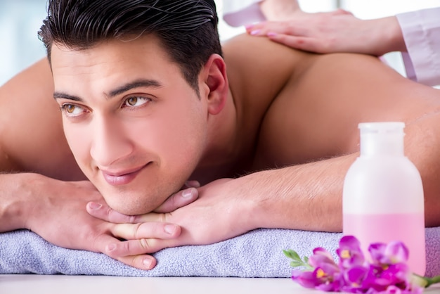Knappe man in spa massage concept