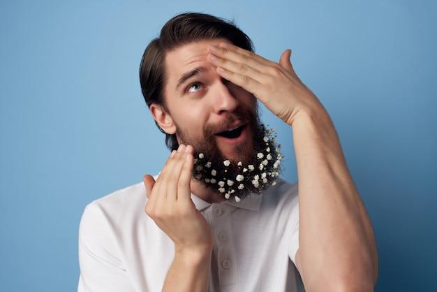 Knappe man in wit overhemd baard ja verzorging kapsel decoraties