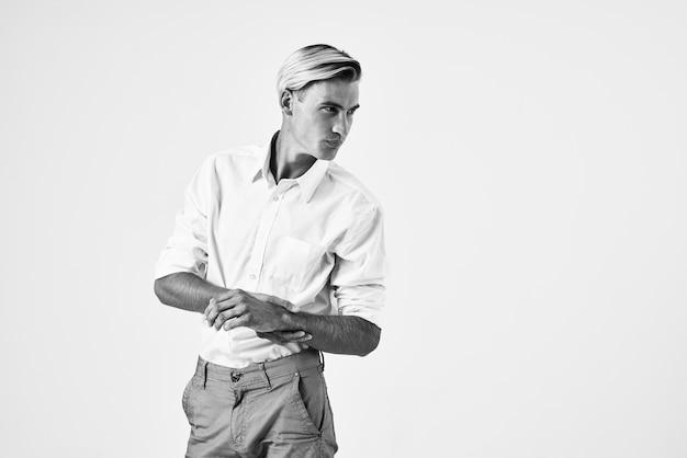 Knappe man in wit overhemd mode kapsel studio levensstijl