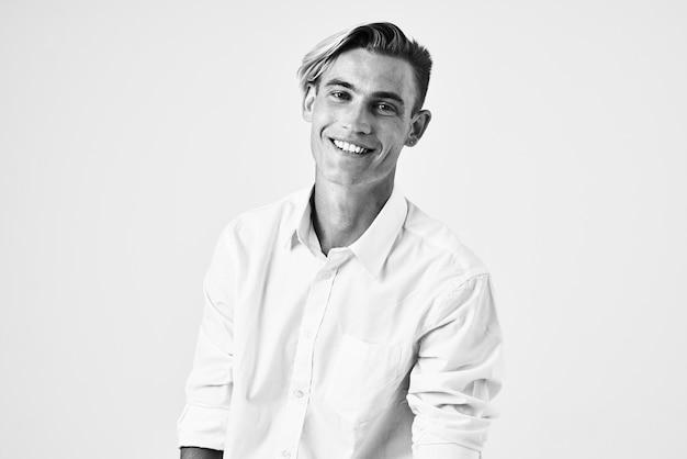 Knappe man in wit overhemd mode kapsel zelfvertrouwen levensstijl lichte achtergrond