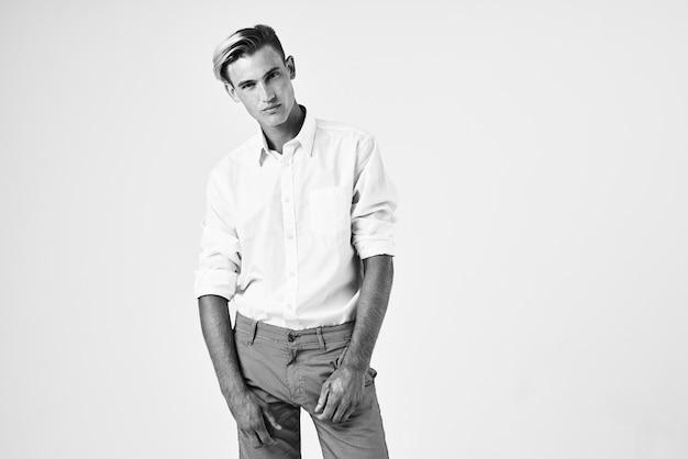 Knappe man in wit overhemd trendy kapsels professioneel zelfvertrouwen