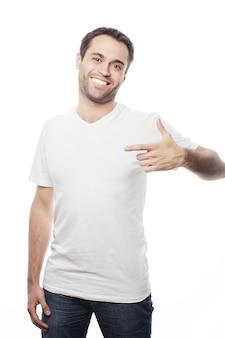 Knappe man in wit overhemd