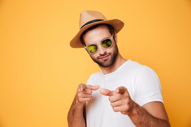Knappe man in zomer hoed op zoek