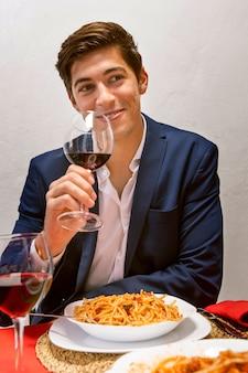 Knappe man juichen met een glas wijn