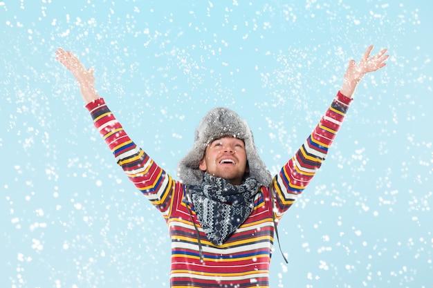Knappe man juichen op sneeuw