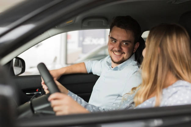 Knappe man kijken naar vrouwelijke bestuurder