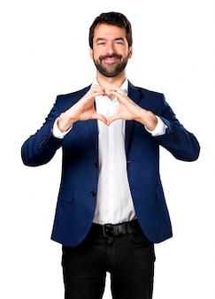 Knappe man maakt een hart met zijn handen