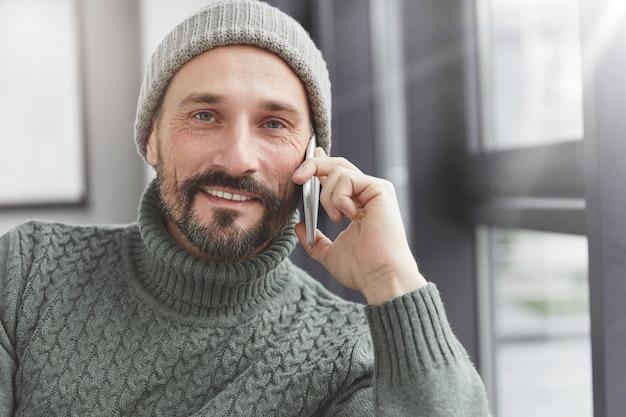 Knappe man met baard en telefoon
